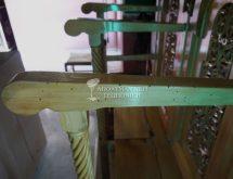 Οπές εξόδου ξυλοφάγων εντόμων σε στασίδι